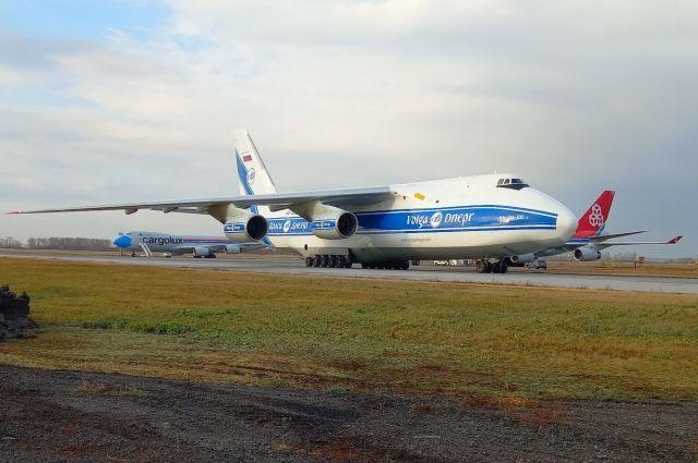 В Новосибирском аэропорту «Толмачево» совершил посадку редкий самолет — советский тяжелый дальный транспортный борт Ан-124-100 «Руслан».