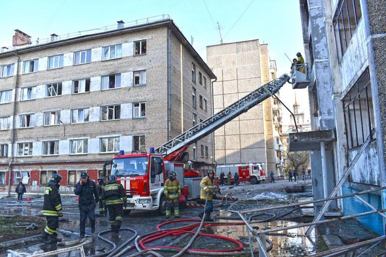 В самой больнице и в ближайших зданиях взрывом выбило окна.