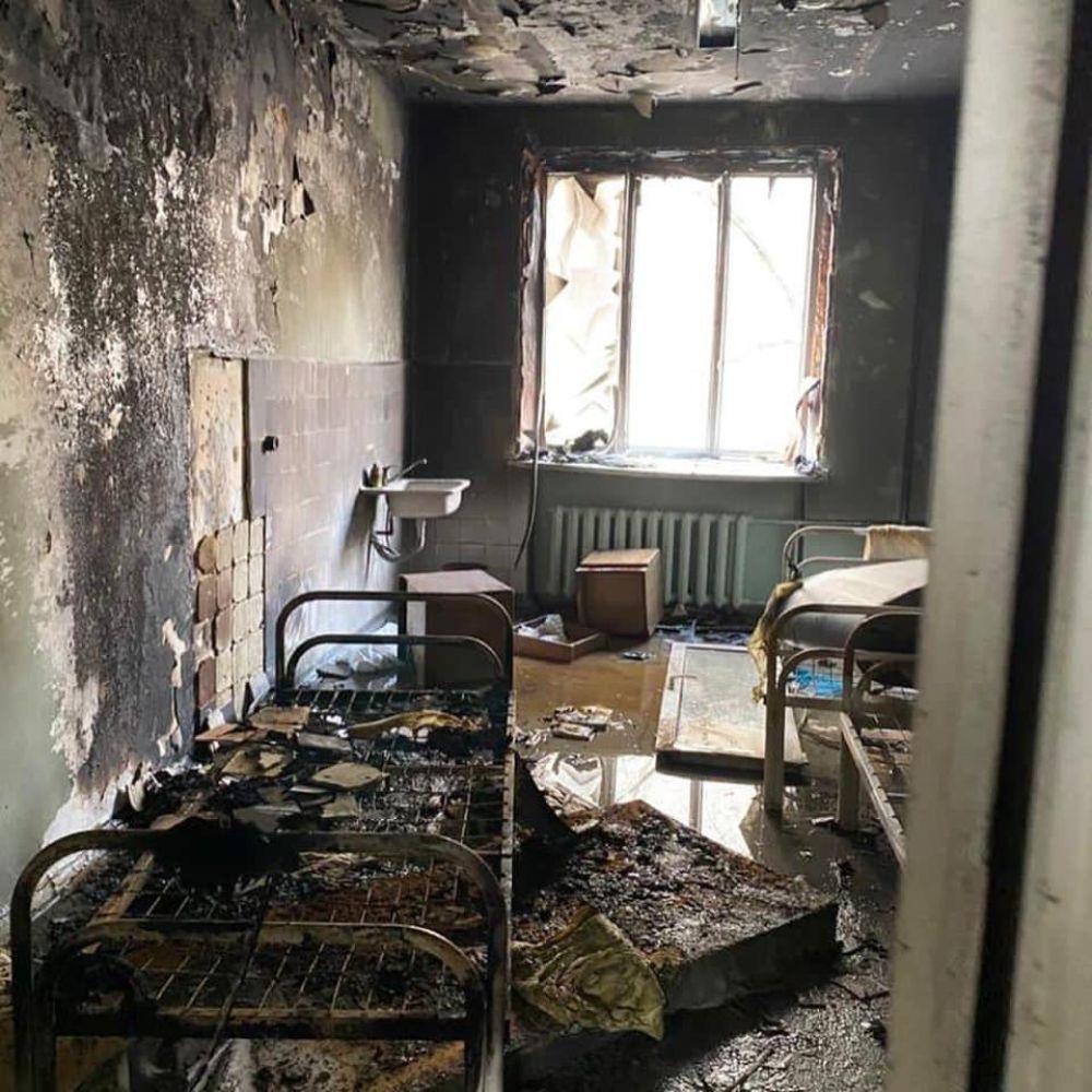 В самой больнице огонь повредил несколько палат, но пациентов успели вовремя эвакуировать.