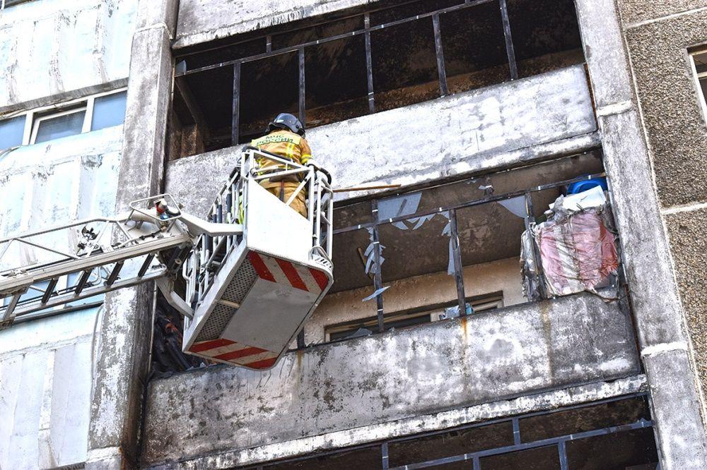 У соседнего многоэтажного дома загорелись балконы, жильцов эвакуировали.