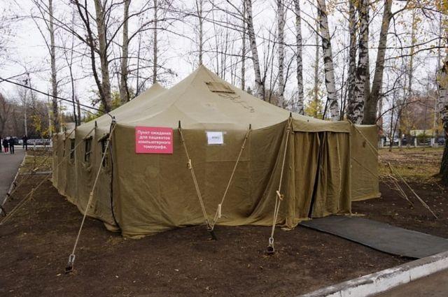 Возле больницы на Ахтубинской 13а вырос палаточный лагерь.