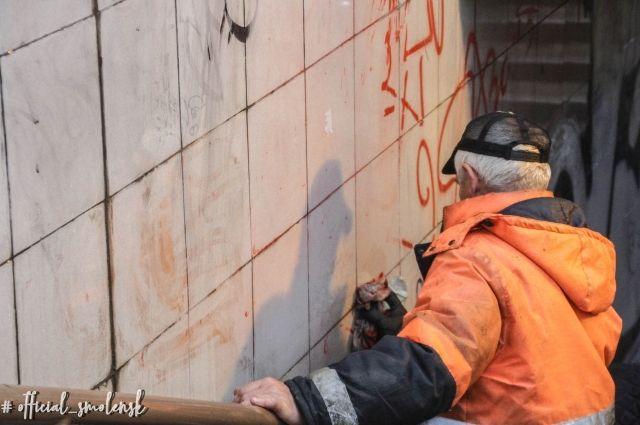Коммунальщики уже не первый раз чистят стены от «художеств».