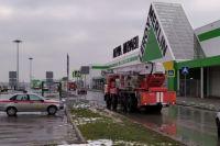 """В Новосибирске из-за задымления эвакуировали сотрудников и посетителей """"Леруа Мерлен""""."""