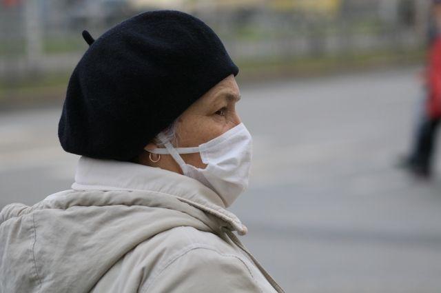 Носить маски необходимо при посещении организаций, которые не приостановили свою работу.