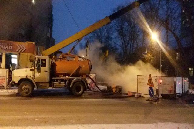 Коммунальщики устраняют дефект на трубопроводе в Бердске.