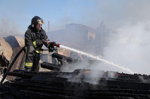 Пожарные потушили загоревшийся автомобиль.