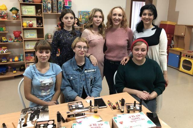 В Ишиме для девочек провели мастер-классы по визажу и уходу за волосами