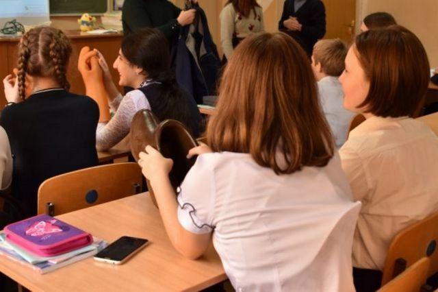 Учителя сели за парты.