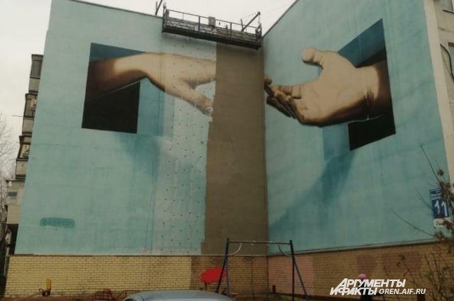 Граффити «Прикосновение» на фасаде дома на Юных Ленинцев пообещали восстановить в следующем году.