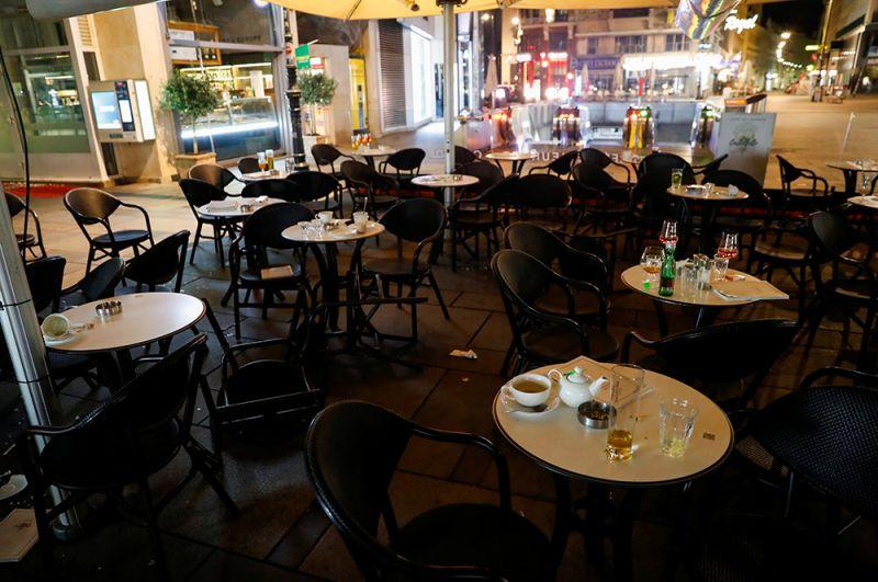 Недопитые напитки в уличном кафе около места происшествия.