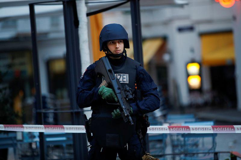 Работа полиции на месте стрельбы в Вене.