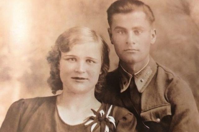 Александр Капральный с женой Галиной, июнь 1941 года. Фотография из книги