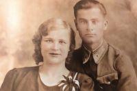 """Александр Капральный с женой Галиной, июнь 1941 года. Фотография из книги """"От первого лица""""."""