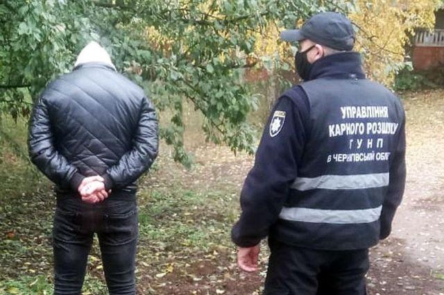В Черниговской области пьяный мужчина с ножом набросился на полицейского