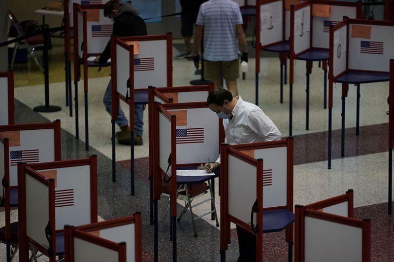 Избиратели заполняют бюллетени в выставочном центре Кентукки во время президентских выборов в Луисвилле, штат Кентукки.