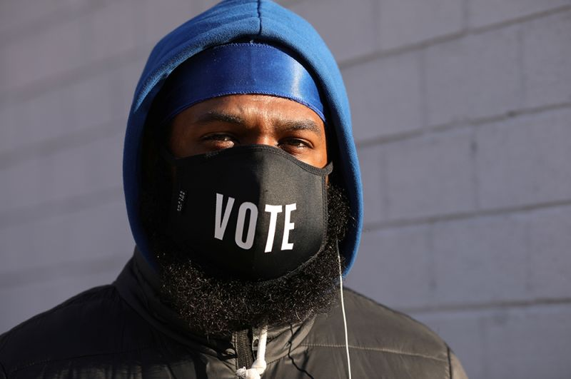 Мужчина в очереди на участок в день выборов в Нью-Йорке.