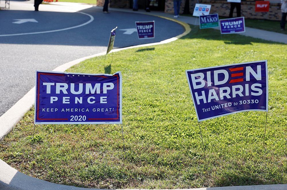 Плакаты предвыборных кампаний Дональда Трампа и Джо Байдена в день выборов в Черривилле, штат Пенсильвания.