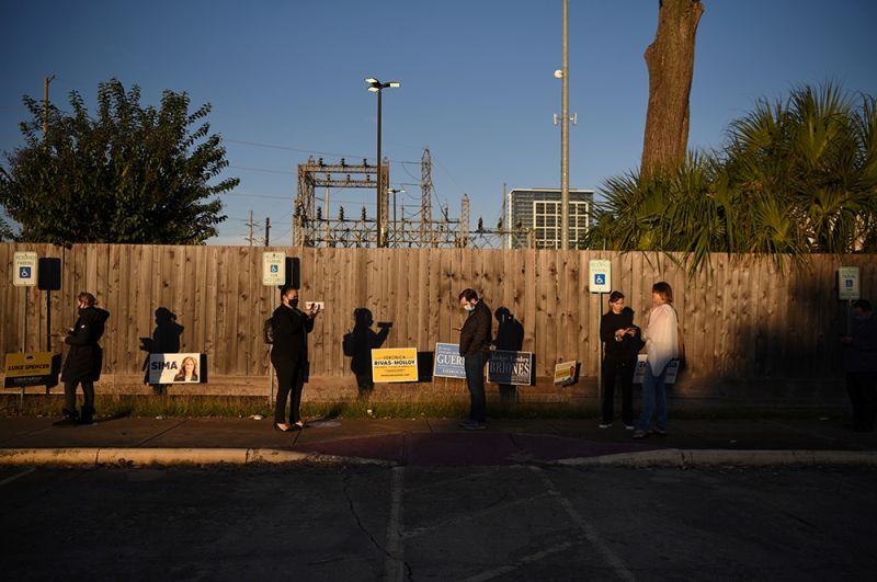 Избиратели в очереди на избирательном участке во время выборов в Хьюстоне, штат Техас.