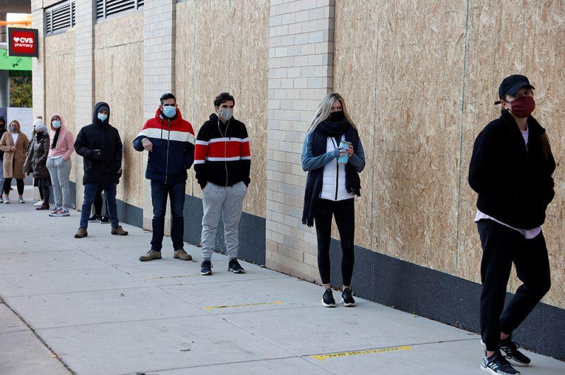 Избиратели в очереди на участок в Филадельфии, штат Пенсильвания.