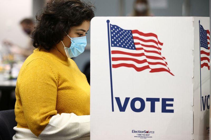 Женщина заполняет бюллетень в Правительственном центре округа Фэйрфакс в день президентских выборов 2020 года в Фэрфаксе, штат Вирджиния.