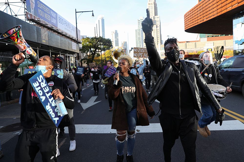 Марш с целью поощрить избирателей в день выборов в Бруклине, Нью-Йорк.