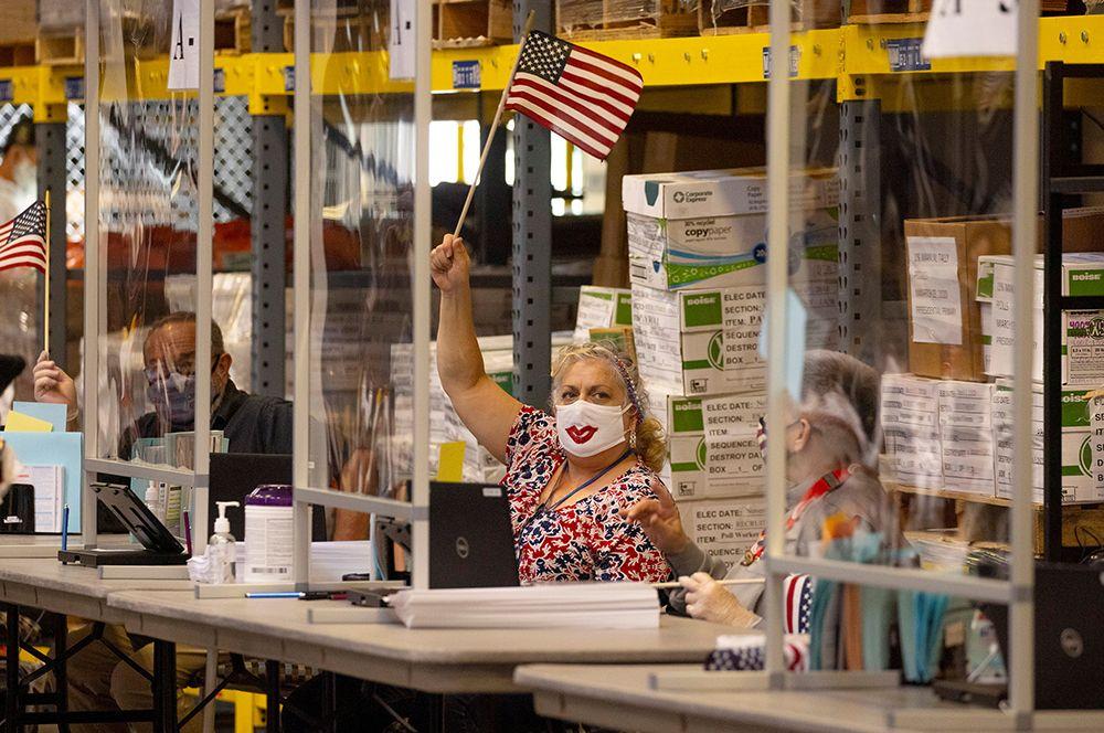 Сотрудница избирательного участка в день президентских выборов в США в Сан-Диего, Калифорния.