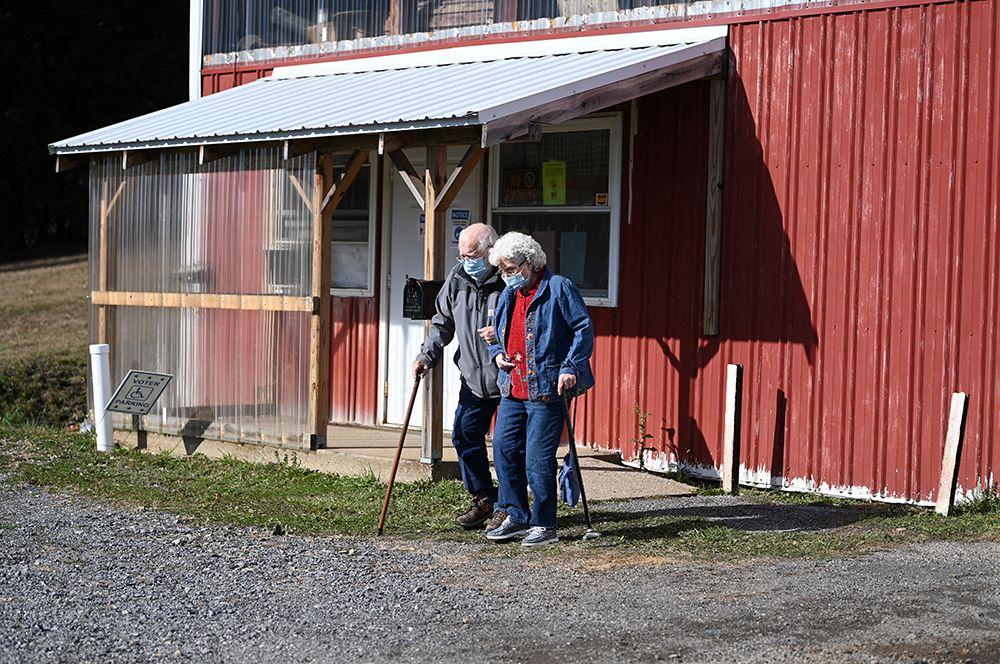 Пожилая пара выходит с избирательного участка после голосования в Джипси, округ Индиана, штат Пенсильвания.