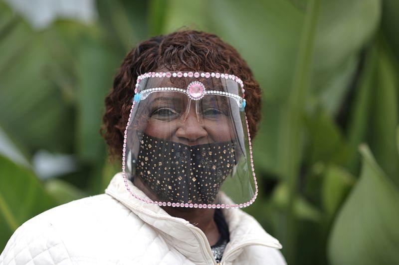 Избирательница в защитной маске во время президентских выборов в США в Санта-Монике, Калифорния.