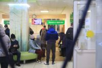 В поликлиниках Новосибирской области пациенту ждут приема врача по несколько часов.