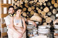 Создатели мастерской «Сделано бобрами» Артём и Мария Шеины. Предприниматели говорят, что идею бизнеса подсказало семейство бобров, которые живут недалеко от их загородного дома.
