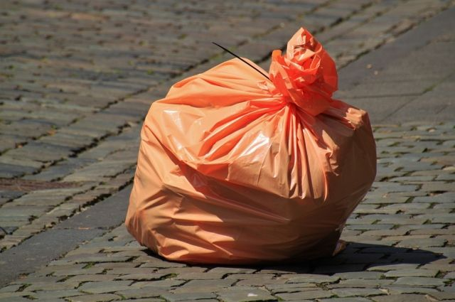 Оренбуржцы вынесли мусор прямо на капот автомобиля нерадивого водителя, перегородившего проход к контейнерной площадке.