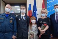 15-летнего оренбуржца наградили медалью за спасение из пожара двух сестер.