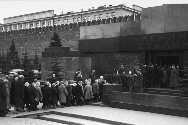 Очередь в Мавзолей В.И.Ленина и И.В.Сталина на Красной площади в Москве. 1957 год.