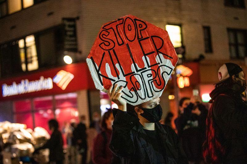 Участники марша на Манхэттене, Нью-Йорк.