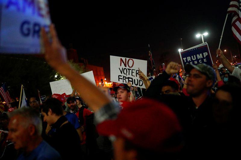 Сторонники Трампа во время митинга в Аризоне.