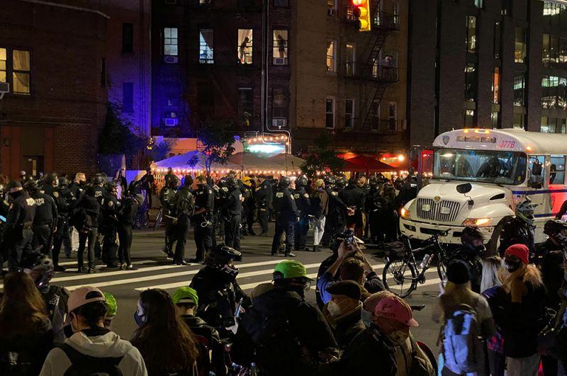 Демонстранты и полиция на Манхэттене, Нью-Йорк.