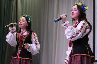 Костюмы, в которых Алёна и Элина выходят на сцену, они получили в подарок в Республиканском центре национальных культур в Минске.