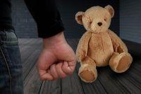 В Новосибирской области СКР проверяет видео о жестоком обращении с детьми.