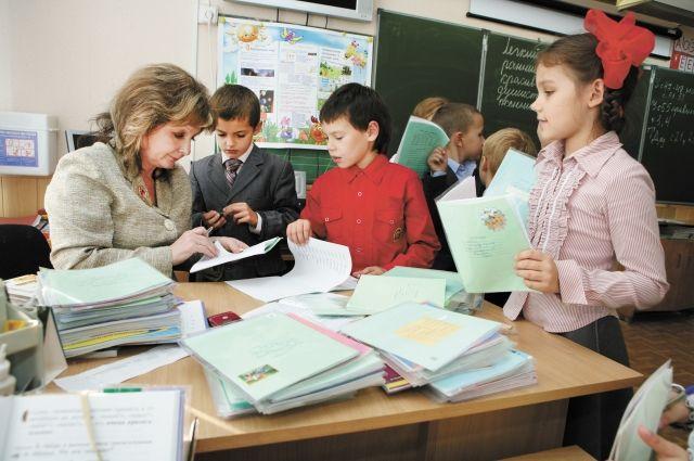По 5 тысяч рублей начисляют учителям за классное руководство.
