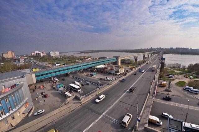 В Новосибирске отремонтируют Октябрьский мост.