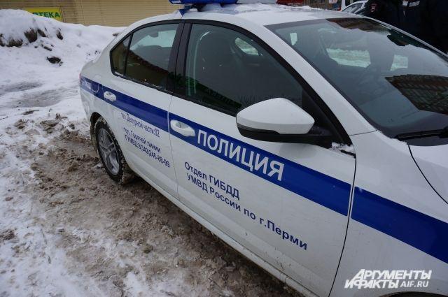 На месте аварии работают сотрудники полиции.
