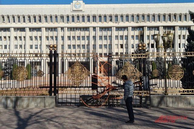 Искорёженные толпой ворота президентского дворца.