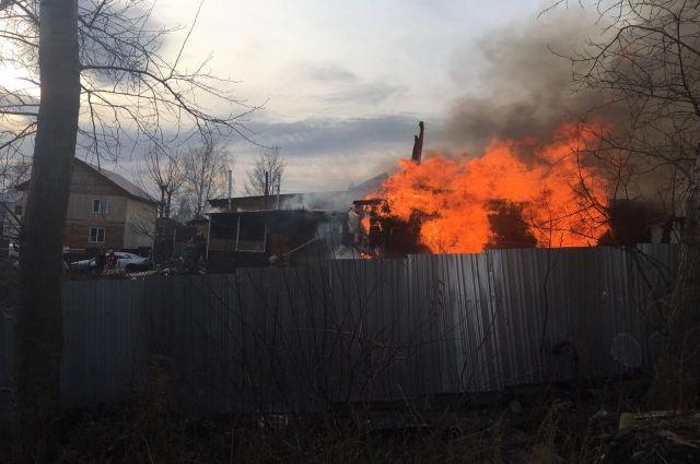 Пожарные вынесли четыре газовых баллона из горящего дома в Новосибирске.