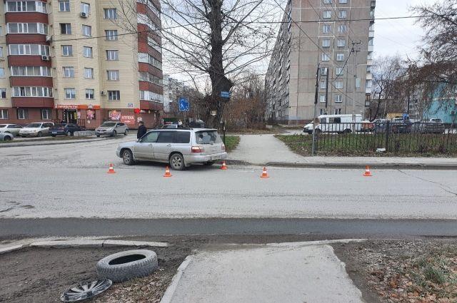 Автомобиль сбил ребенка на самокате на пешеходном переходе в Новосибирске.
