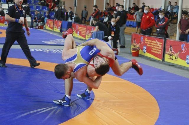 На юбилейные соревнования по греко-римской борьбе приехали 116 спортсменов из 12 регионов.