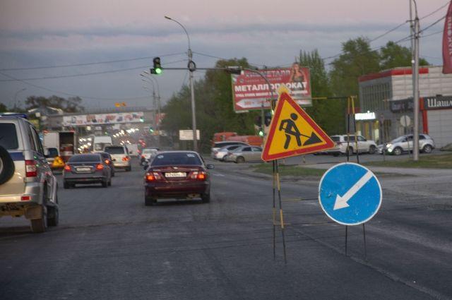 При ремонте покрытия Октябрьского моста в Новосибирске применяют новые технологии.