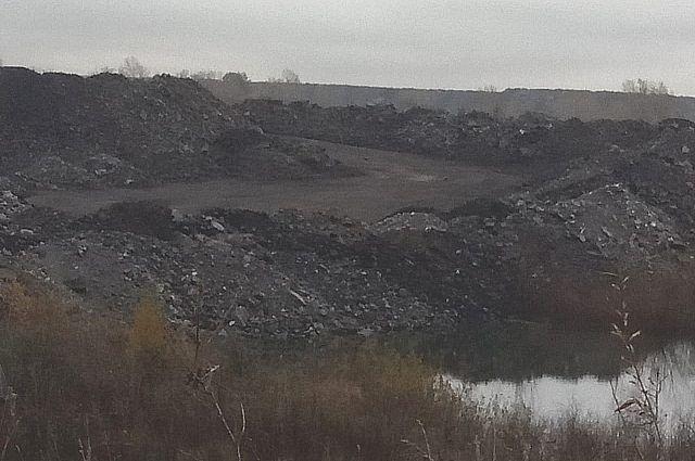 Угольный разрез складирует породу прямо в озеро.