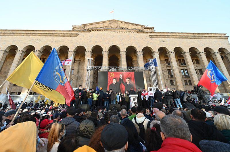 Участники акции оппозиции у здания Центризбиркома в Тбилиси.