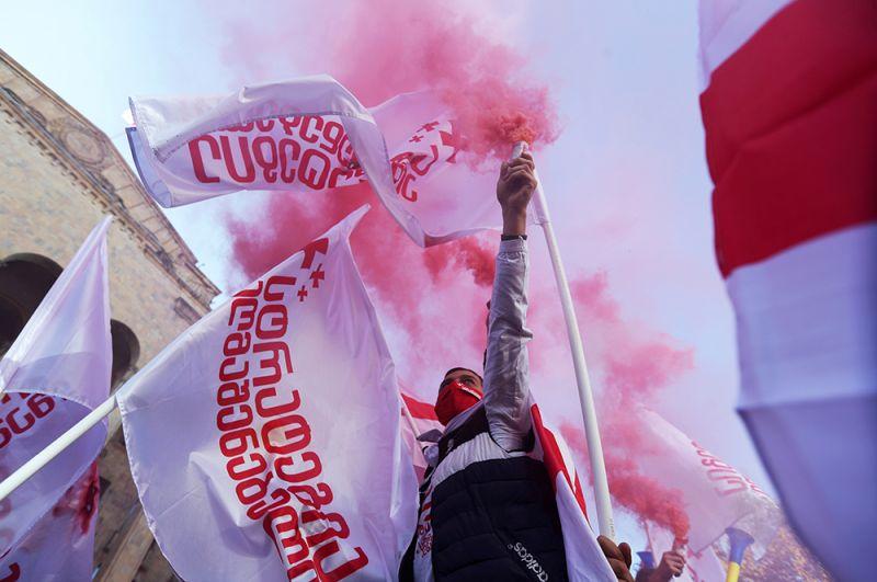 Участник акции оппозиции в Тбилиси.