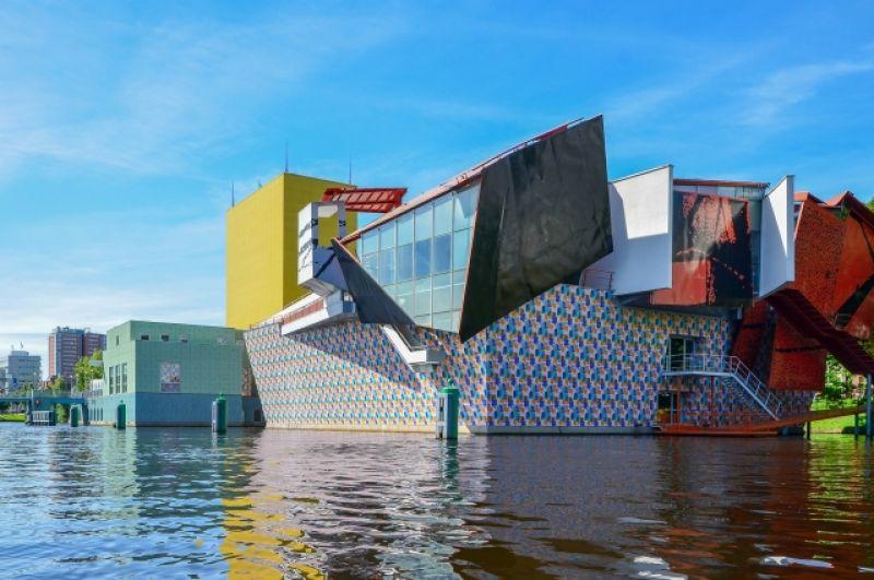 Проект в Нидерландах: восточный павильон музея в Гронингене (1993-1994, Coop Himmelb(l)au). В России по проектам австрийского бюро зданий пока нет.